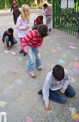 Spielende Kinder im Außengelände
