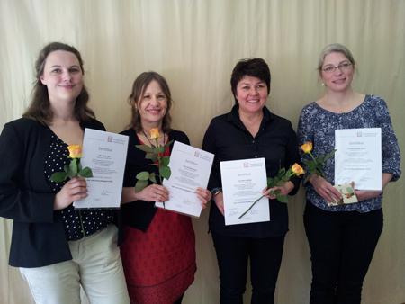 Vier Absolventinnen der Weiterbildung Lese- und Literaturpädagogik mit ihren Zertifikaten