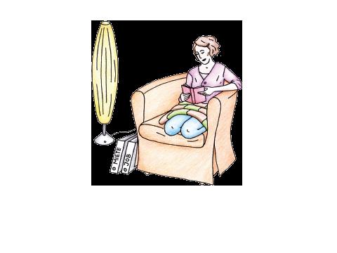 Eine Frau sitzt lesend im Sessel